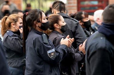 Aplausos durante la protesta policial llevada a cabo alrededor de la quinta presidencial de Olivos