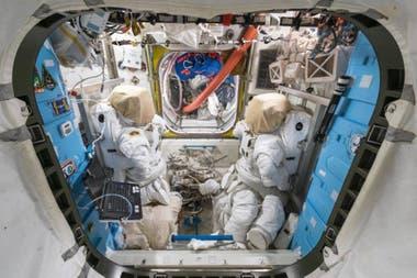 Une des écoutilles pour sortir dans l'espace et deux combinaisons d'astronaute