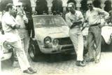 Jorge Cupeiro, a la izquierda, en Nürburgring, con uno de los Torino que cambiaron la historia del automovilismo argentino en 1969
