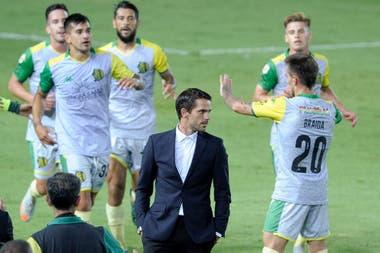 Tras el primer gol de Aldosivi, los futbolistas del Tiburón fueron a abrazar a Gago, que ya sabía del ACV de su hermano pero no del desenlace.