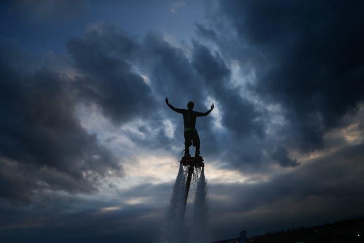 Martin Schiaritti, durante la demostración de Fly Board en un piletón de 260.000 litros instalada dentro del predio.