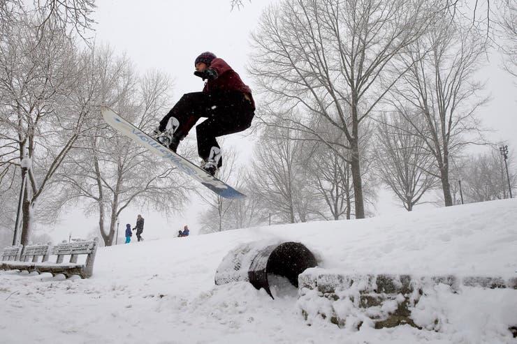 La habitantes aprovechan la nieva para practicar deportes