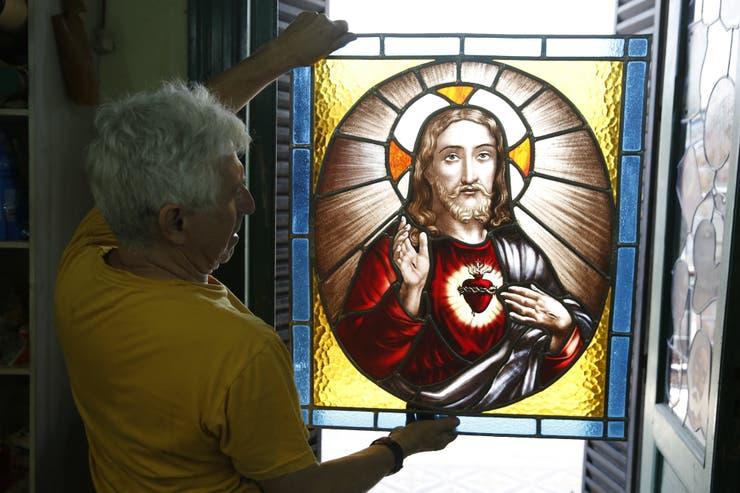 José Soler con un Sagrado Corazón convertido en vitral