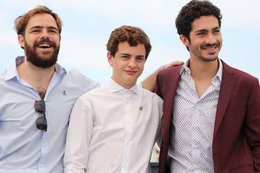 Peter Lanzani, el debutante Leonardo Ferro y el Chino Darín sonríen para los cientos de fotógrafos presentes en el festival