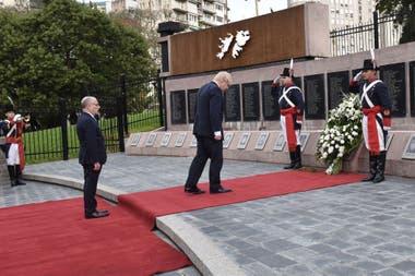 Boris Johnson depositó flores en homenaje a los soldados argentinos caídos en Malvinas