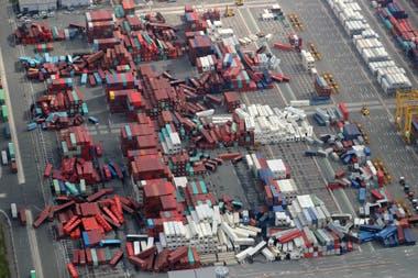 Por la fuerza del tifón los contenedores volaron en el puerto de Osaka