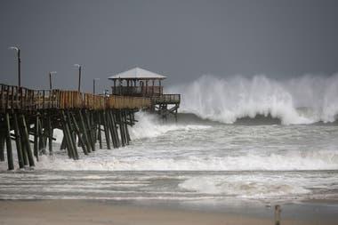 Las fuertes olas golpean contra el muelle de Oceana, en Atlantic Beach