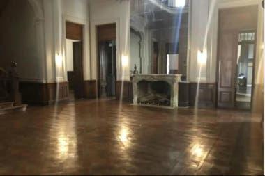 Uno de los amplios y lujosos salones de esta mansión de la calle Basavilbaso