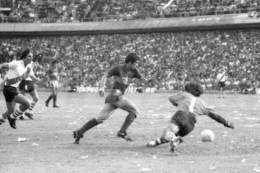Carlos García Cambón deja en el camino a Fillol y marca el último de los cuatro goles que le marcó a River en su debut