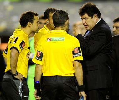 El superclásico de vuelta de los octavos de final de la Copa Libertadores fue suspendido antes de comenzar el segundo tiempo, el 14 de mayo de 2015