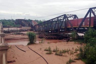 Cayó un puente en Salta cuando pasaba el tren Belgrano Cargas