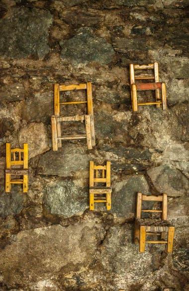 Detalle de las pequeñas sillitas que cuelgan de una de las paredes de La Constancia.