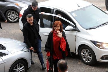 Cristina Kirchner, ayer, al ingresar a los tribunales de Comodoro Py
