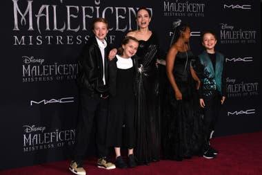 Malefica 2 Angelina Jolie Acompanada Por Sus Hijos Y Su