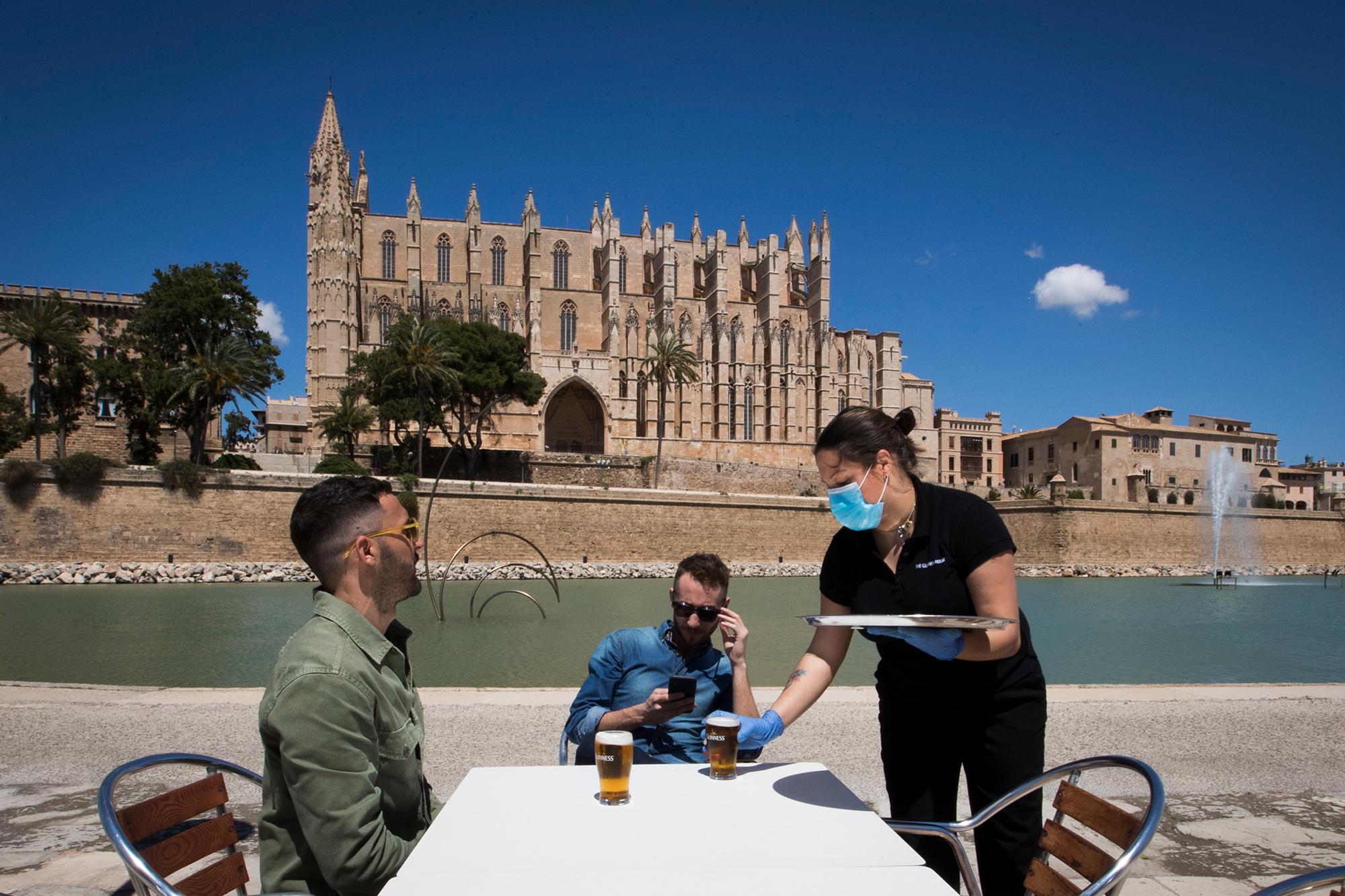 España levanta el estado de alarma y les da la bienvenida a los turistas