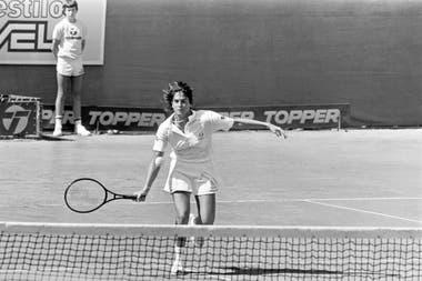 14) Una acción de Sabatini durante la final de Buenos Aires 1986, ante Sánchez Vicario, en el court central del Buenos Aires Lawn Tennis Club.