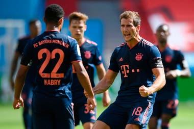 Serge Gnabry y Leon Goretzka festejan el tercer gol de Bayern Munich en el partido frente a Bayer Leverkusen, por la fecha 30 de la Bundesliga.