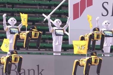 Junto a su robot Pepper y el cuadrúpedo Spot de Boston Dynamics, la firma japonesa Softbank Robotics preparó una hinchada robótica para alentar al Softbank Hawks de Fukuoka, Japón