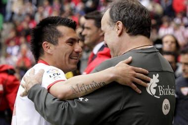 Gary Medel y Marcelo Bielsa, una historia de afectos y respetos en la selección de Chile, donde el DT utilizó en varias posiciones al ex jugador de Boca