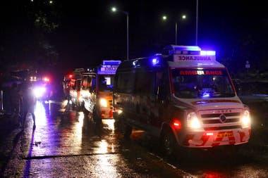 Ambulancias llegan al Aeropuerto Internacional de Calicut, en Kerala, India