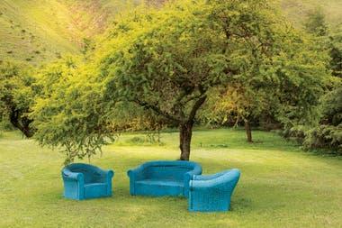 Vista del parque desde el estudio. Juego de sillones de ratán pintado de azul.