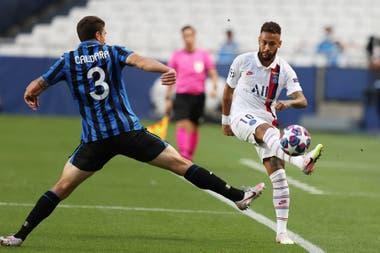 Neymar intenta controlar la pelota ante Caldara; Atalanta intentó parar al brasileño con nueve foules