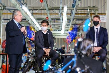 Alberto Fernández y Axel Kicillof durante la presentación de la marca de motos Royal Enfield, que producirá localmente