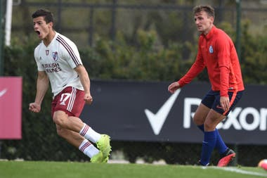 La preparación para la Copa de la Liga Profesional tuvo muy buenos amistosos, como el 3 a 3 entre River y San Lorenzo, jugado en Ezeiza. En la escena, Bruno Pittón observa resignado el festejo de Elías López.
