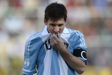 """Ya capitán, Messi regresó a La Paz en 2013, y con un plan elaborado por el DT Sabella, la selección rescató un empate; la """"Pulga"""" no pudo evitar el mal de altura ni los vómitos"""
