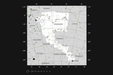 Mapa de la ubicación de AT2019qiz, en la constelación de Eridanus. El mapa incluye la mayoría de las estrellas que pueden verse a simple vista con buenas condiciones, y la ubicación de AT2019qiz está indicada por un círculo rojo