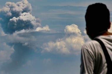El volcán Krakatoa, en Indonesia, volvió a expulsar cenizas el pasado 11 de abril de 2020.