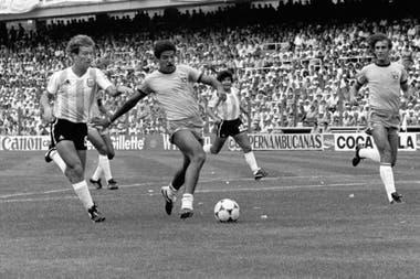 Brasil-Argentina en España 1982, la eliminación, el último partido de los ocho años del ciclo Menotti; Calderón corre a Toninho Cerezo, y atrás... Maradona..., antes de la expulsión