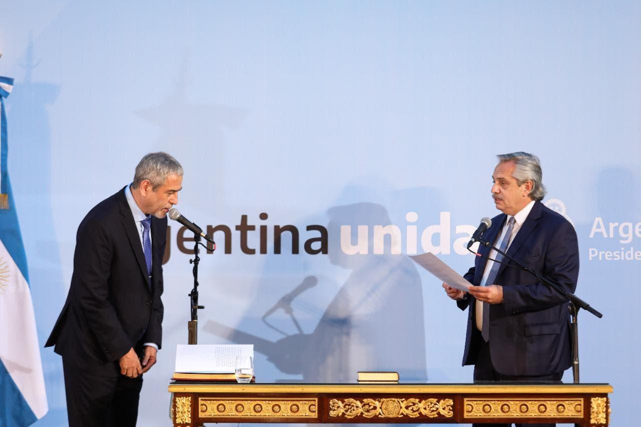 """Rodeado de intendentes y con la promesa de """"poner en valor"""" viviendas abandonadas, juró Jorge Ferraresi como ministro de Hábitat"""