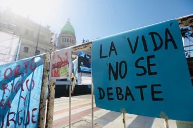 Los manifestantes celestes con banderas y pancartas frente al Congreso de la Nación