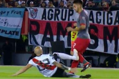 Pinola debió ser expulsado en los cuartos de final frente a Independiente por una plancha: era penal para el Rojo
