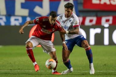 Matías Suarez disputa el balón con Claudio Yacob.
