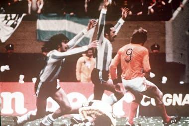 Kempes y Luque festejan uno de los goles con los que Argentina derrotó 3-1 a Holanda en la final del Mundial 78.