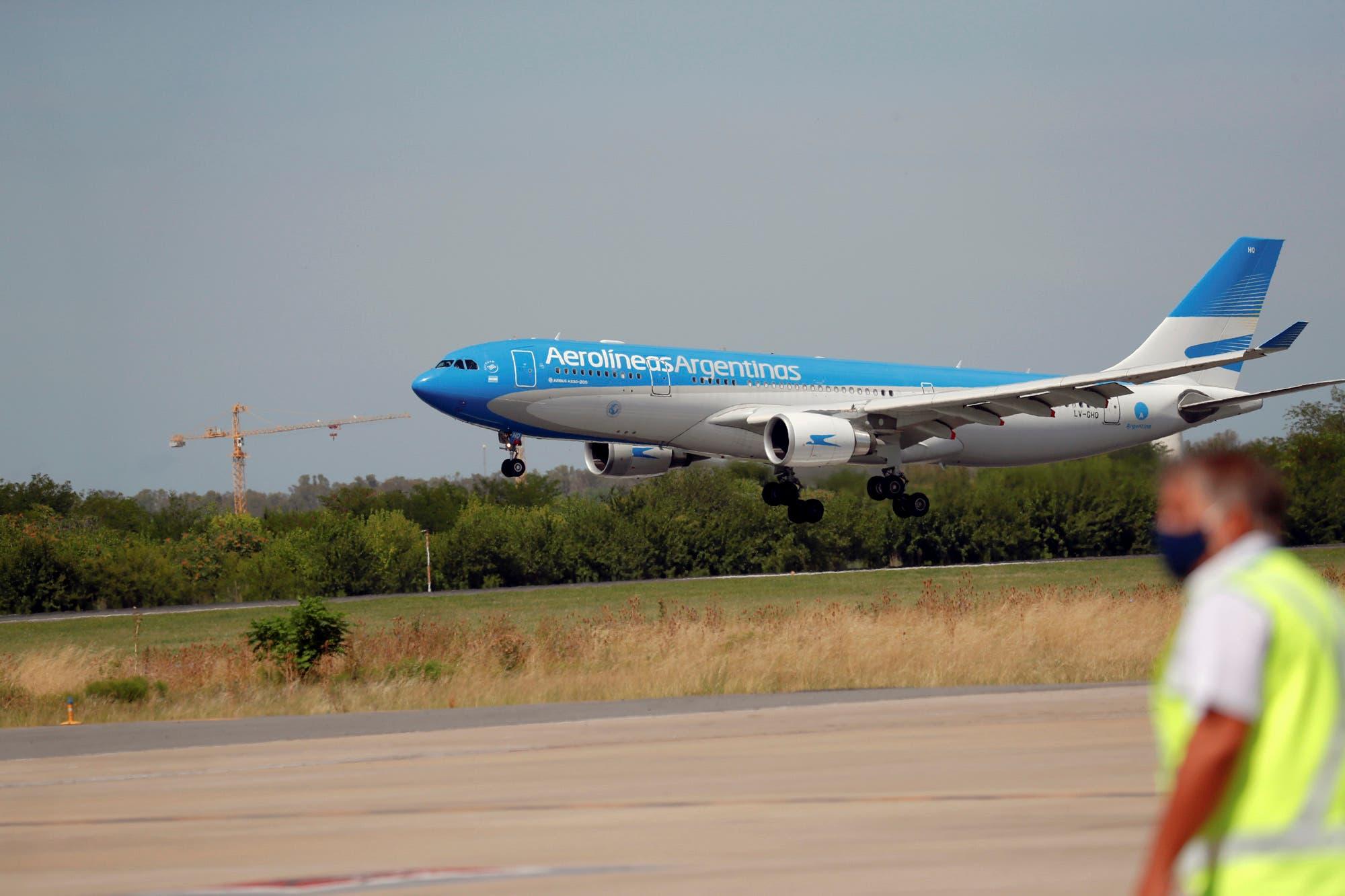 Coronavirus: aterrizó en Ezeiza un vuelo de Aerolíneas Argentinas con 517.500 dosis de Sputnik V