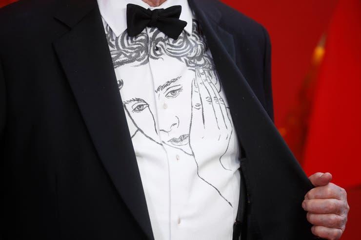 Un close up de la camisa de James Ivory con el rostro de Elio Perlman
