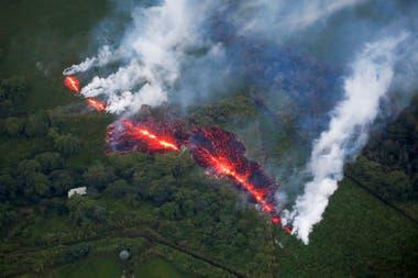 La enorme fisura que atraviesa la isla y lanza lava a varios metros de altura