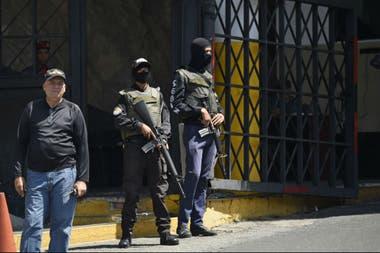 Fuerzas de seguridad en la entrada del centro de detención del Helicoide