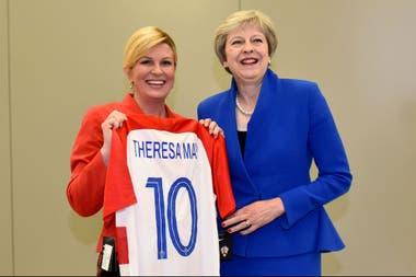 A Theresa May le regaló una camiseta antes del partido de ayer con Inglaterra
