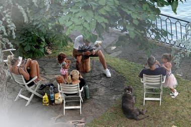 En una ronda de mate frente al Lago de Como, la pareja disfruta de la compañía de la mamá de Wanda, Nora