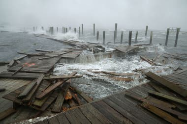 Florence ya está dando señales de su potencia causando los primeros destrozos en las costas