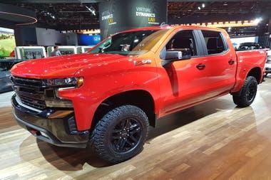 Grande. La flamante pickup del moño impresiona por sus dimensiones y la mecánica Duramax V8 turbodiésel 6.6 L de 445 HP de potencia máxima