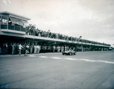 Con auto prestado: Fangio fesetja con el coche de Musso en 1956; compartieron los puntos de esa victoria