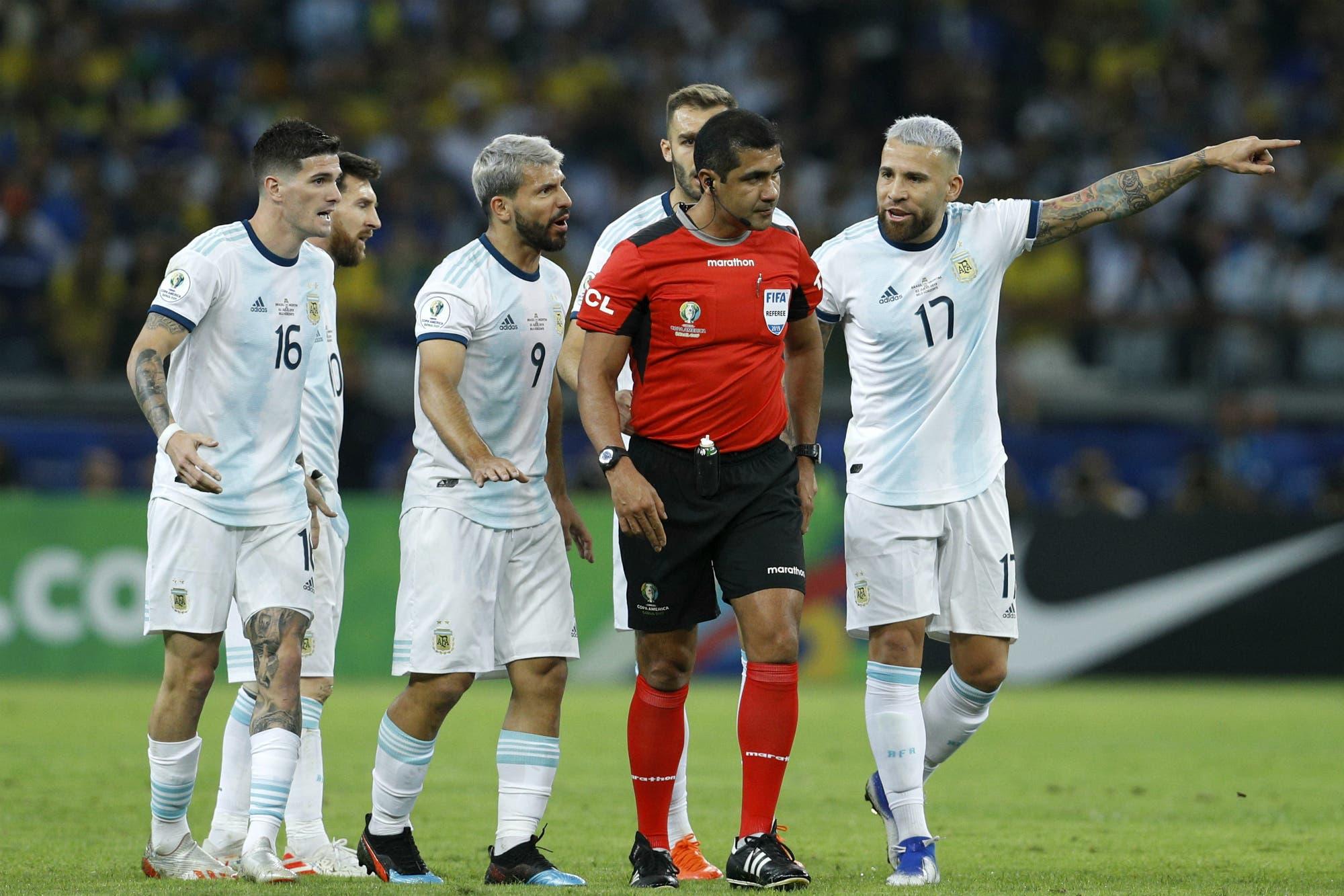 Argentina-Brasil. Las imágenes de la jugada polémica que le dan la razón a Dani Alves