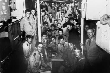 """Una foto de archivo tomada en la segunda mitad de 1965 muestra a la tripulación del submarino de la marina francesa """"Minerve"""""""