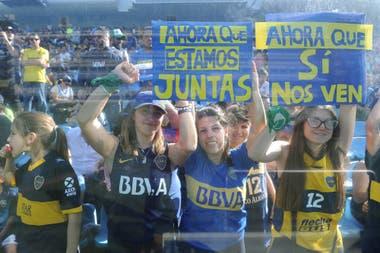 Las hinchas de Boca con carteles, en la platea de la Bombonera.