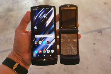 Un Motorola Razr de 2019 junto al modelo original de 2004